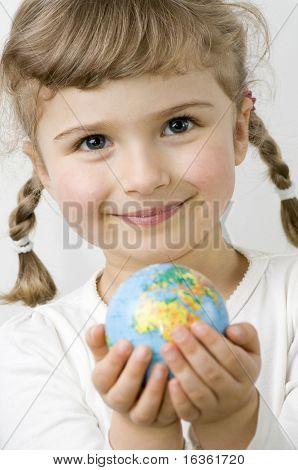 Globo em mãos de criança