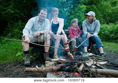 Glückliche Familie in der Nähe von Lagerfeuer