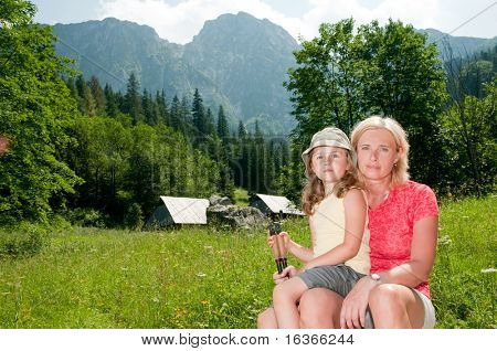 Mutter mit Tochter in Mountain trek