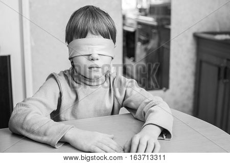 The child was blindfolded at home. Violence against minor children in the family.