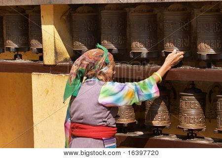 Gebetsmühlen im buddhistischen Tempel