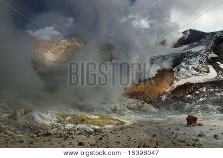 Cráter volcánico activo dentro