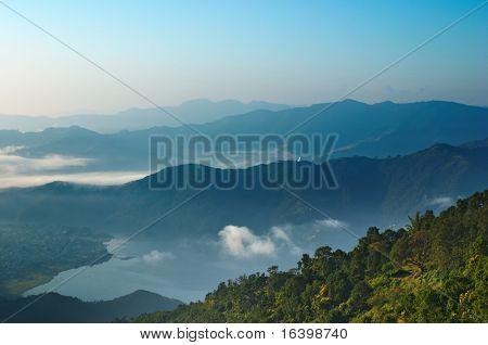 Sonnenaufgang im Himalaya, Pokhara Stadt und Fewa See, Nepal