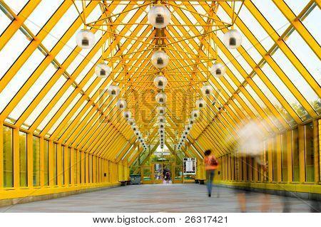Amarillo movimiento corredor, esferas y personas