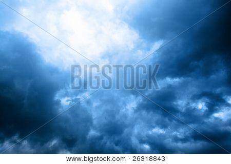 cielo nublado azul oscuro con rayo de sol después de la tormenta