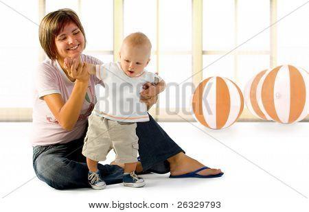 Baby spielt mit seiner Mutter.