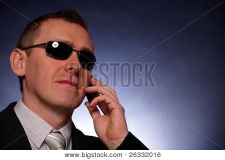 Retrato de hombre de negocios, político, protector del cuerpo o político con el teléfono móvil