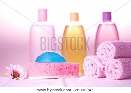 Bad Pflege Objekte. Olive, Handtücher, Seife, Shampoo und gel
