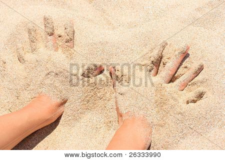 Manos enterradas en arena