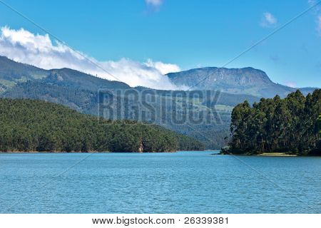 Lago de montanha com nuvens.Kerala, Índia