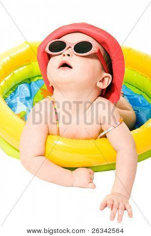 Retrato de bebê menina bonito com óculos de sol