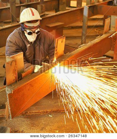 Arbeitnehmer mit Fackel Cutter schneidet durch Metall