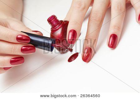 aplicando esmalte vermelho mulher