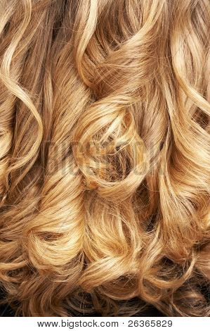 primer plano de pelo rubio rizado