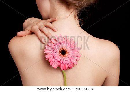 zarte Haut, den Rücken einer Frau und rosa Blume, Spa-Behandlung