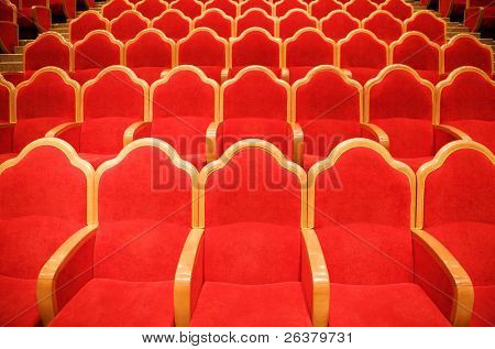 Sillas rojas en algún teatro