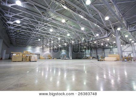 Grande armazém moderno com alguns bens