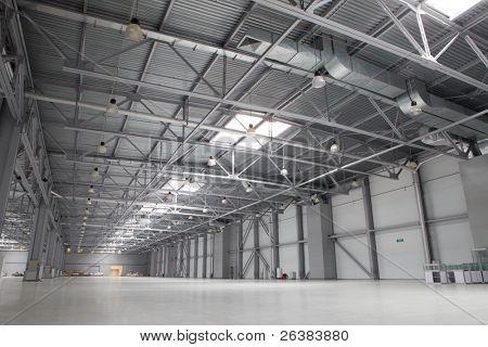Grande armazém vazio moderno