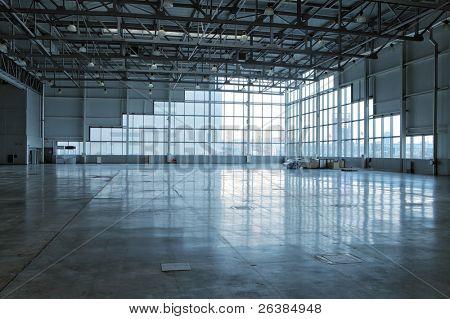 große moderne Lager mit Fenster an Wand