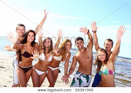 glücklich Jugendliche spielen im Meer