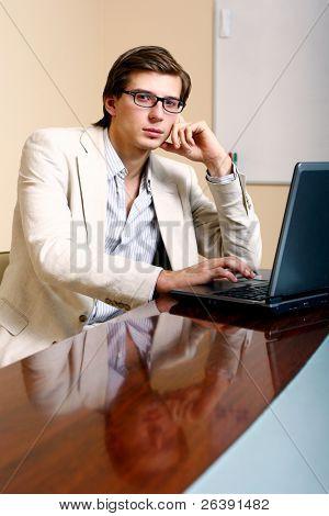 homem de negócios jovem e feliz em offise