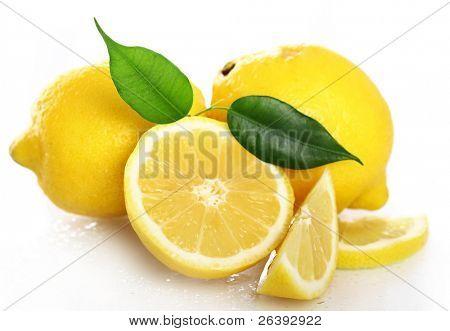 Cerca de limones frescos y mojados, aislados sobre fondo blanco