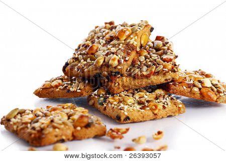 """""""Cookies"""" con diversos frutos secos y semillas aisladas sobre fondo blanco"""