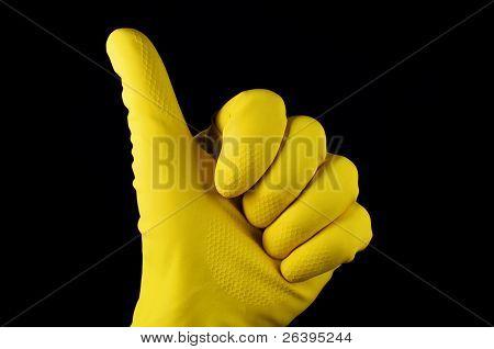 Pulgar para arriba en el guante de goma amarillo
