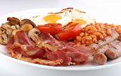 Постер, плакат: Традиционный английский завтрак помидоры жареные сосиски Бэкон грибы яйца и томатный запеченный фасоли