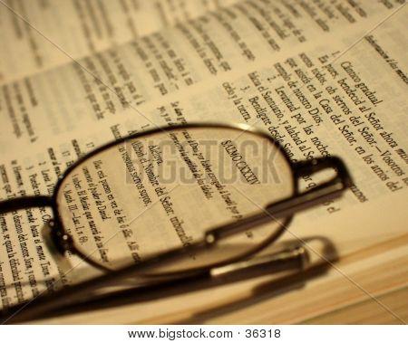 Biblia y gafas