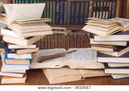 Bücher und eine Schreibfeder