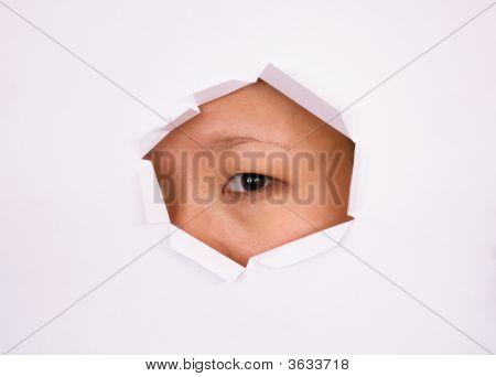 Augen Blick durch Loch