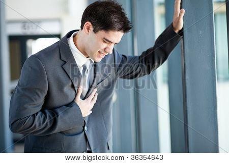 jovem empresário ter ataque cardíaco ou dores no peito