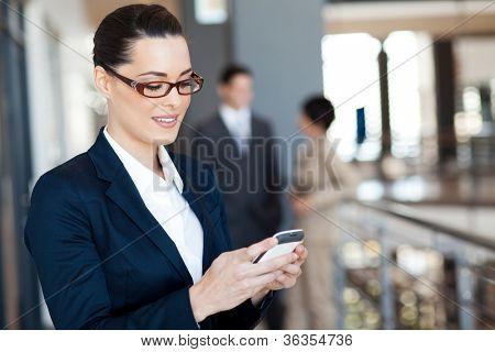 bonita empresaria usando smart phone