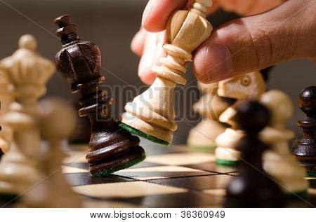 jogar peças de xadrez de madeira