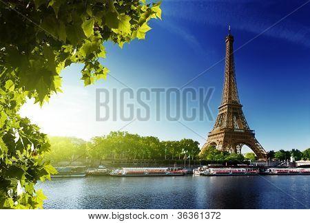 Seine em Paris com a Torre Eiffel, no tempo do amanhecer