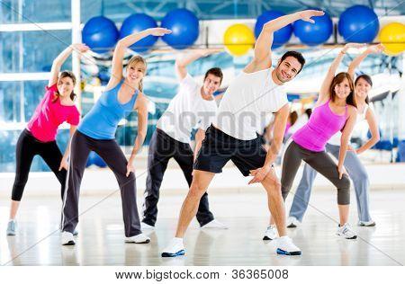 Grupo de personas en el gimnasio en una clase de aeróbicos