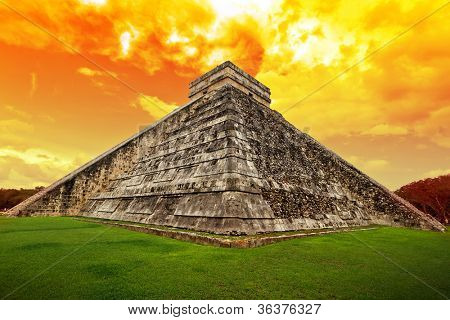 Amazing sky over Kukulkan pyramid in Chichen Itza, Mexico