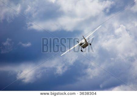 Pequeno avião azul céu nublado
