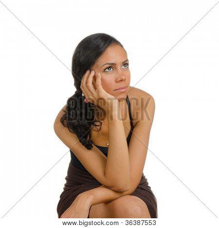 Una chica sosteniendo la cabeza. Aislado en blanco. Lenguaje corporal. Aburrimiento. Tedio.
