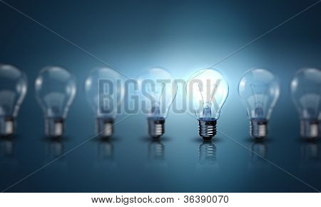 Lâmpadas de luz da lâmpada sobre um fundo de cor
