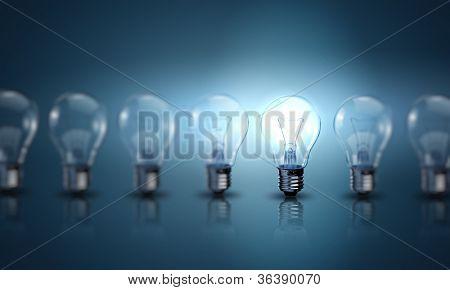 Lámparas de luz sobre un fondo de color