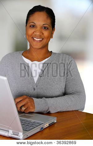 Frau, Arbeit von zu Hause in ihrem Wohnzimmer