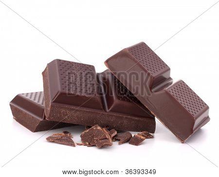Barras de chocolate apilar aislada sobre fondo blanco