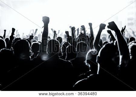 zujubelnden Masse vor hellen Stage lights