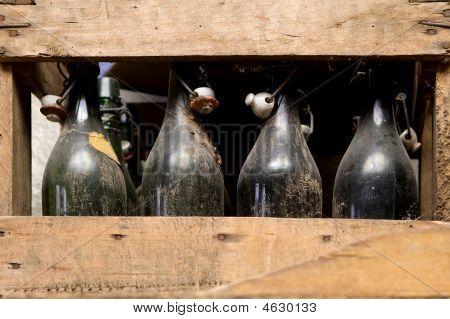 Box mit alten Flaschen Wein