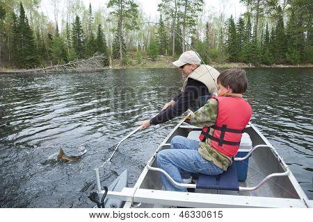 Menino pescador pega uma Walleye