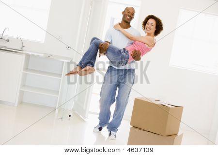 Marido con esposa en nuevo hogar sonriendo