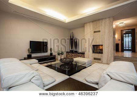 Travertine House: Spacious Living Room