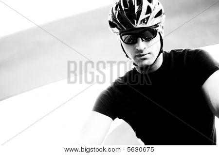 ernsthaften Radfahrer monotone